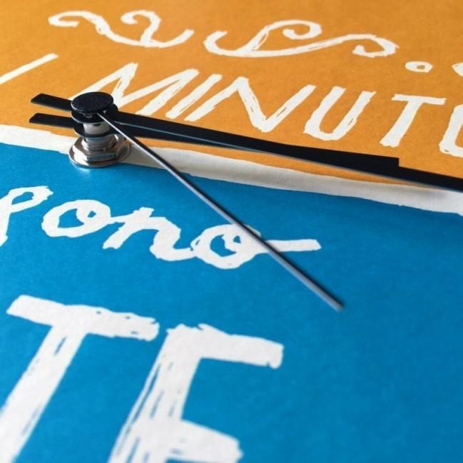 "Horloge murale – ""Un minuto e sono da te"" – imprimé sur carton recyclé, diamètre 32cm, avec mécanisme silencieux"
