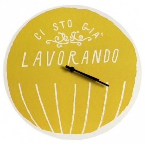 """Horloge murale – """"Ci sto già lavorando"""" – imprimé sur carton recyclé, diamètre 32cm, avec mécanisme silencieux"""