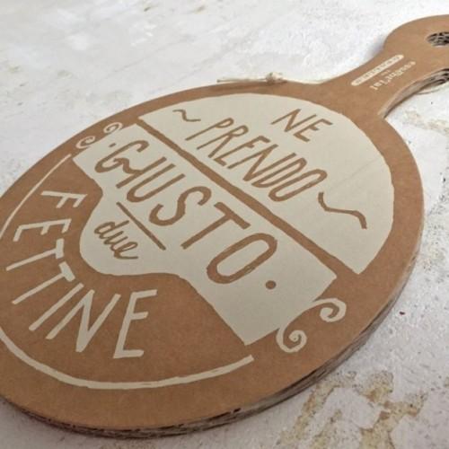 """Assiette/plateau """"Due fettine"""" en carton avec surface en fibre de cellulose havane lavable et réutilisable."""