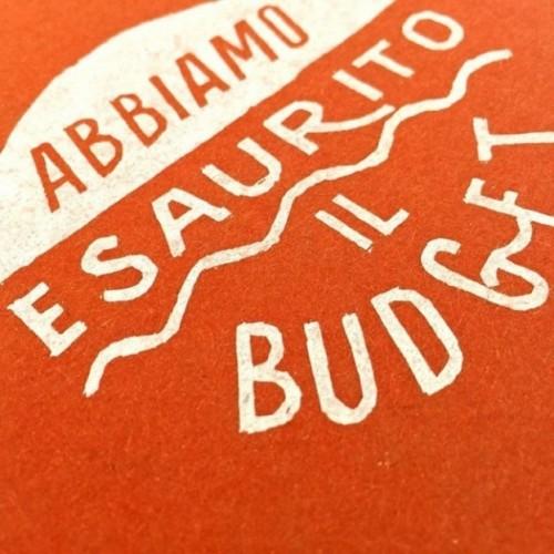 """Carnet """"Abbiamo esaurito il budget"""", couverture orange et intérieur en papier noir."""