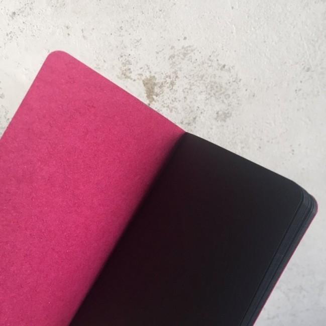 """Notes tascabile """"Abbiamo esaurito il budget"""", copertina fucsia e interno in carta colore nero"""