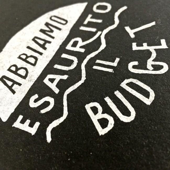 """Carnet """"Abbiamo esaurito il budget"""", couverture noire et intérieur en papier noir."""