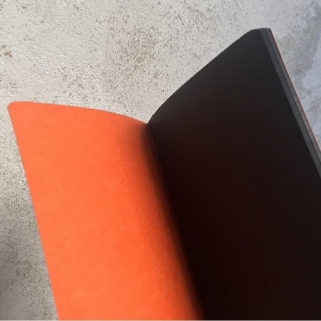 """Carnet """"È una botta di visibilità"""", couverture orange et intérieur en papier noir."""