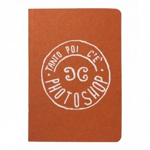 """Notes tascabile """"Tanto poi c'è Photoshop!"""", copertina arancione e interno in carta colore nero"""