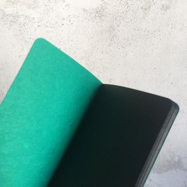 """Notes tascabile """"It's a blow of visibility"""", copertina verde smeraldo e interno in carta colore nero"""