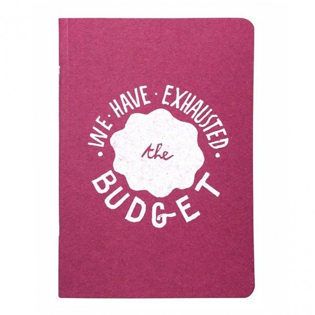 """Carnet """"We have exhausted the budget"""", couverture fuchsia et intérieur en papier noir."""
