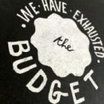 """Carnet """"We have exhausted the budget"""", couverture noire et intérieur en papier noir."""