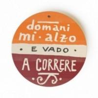 """MonoPipeau """"domani mi alzo e vado a correre"""" disque décoratif en bois imprimé en couleurs"""