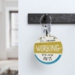 """Monopalla """"I'm already working on it"""", disco decorativo in legno stampato a colori"""