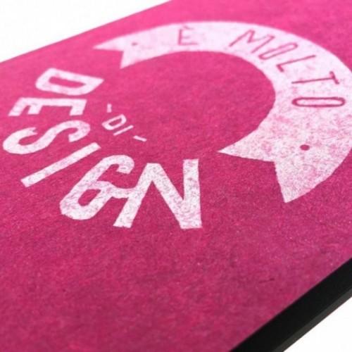 """Notes tascabile """"È molto di design"""", copertina fucsia e interno in carta colore nero"""