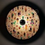 Fermaluce UFO avec abat-jour en bois double-face illustré par Giulia Zoavo