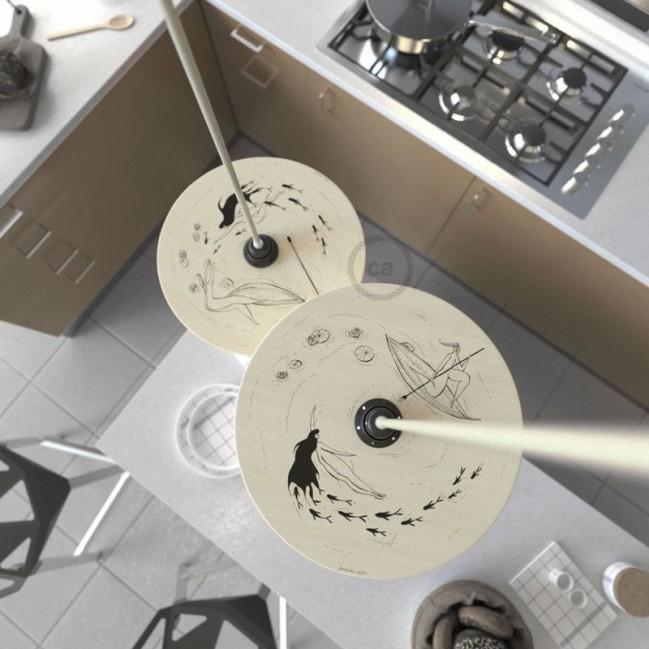 Sospensione UFO con paralume in legno double-face illustrato da Fernando Cobelo e cavo tessile RC43 Cotone Tortora
