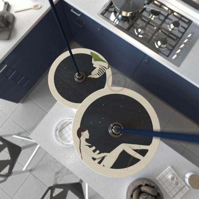 Sospensione UFO con paralume in legno double-face illustrato da Chiara Fucà e cavo tessile RM20 Effetto Seta Blu Scuro