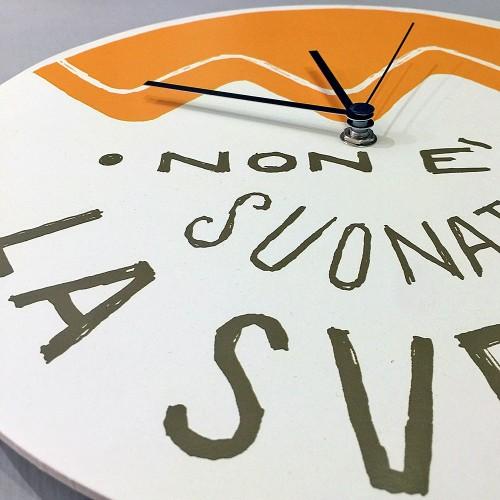 """Orologio da parete - """"Non è suonata la sveglia"""", stampato su cartone riciclato, diametro 32 cm con meccanismo silenzioso"""